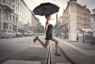 Обои City Girl With Black Umbrella для телефона и на рабочий стол